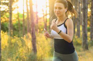 Bauchfett verlieren - Frau beim Joggen