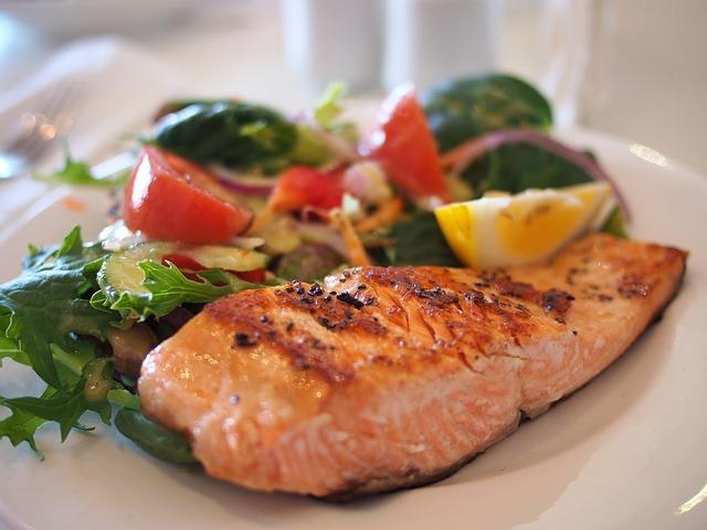 Grundumsatz – Lachsgericht auf Teller