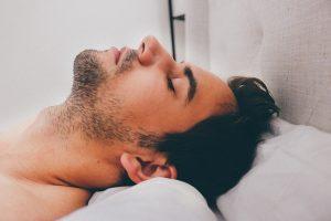 Abnehmen ab 40 - schlafender Mann