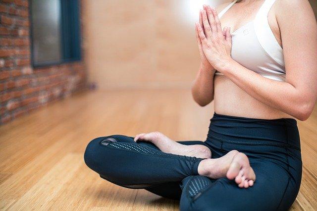 Durch Meditation abnehmen - meditierende Frau